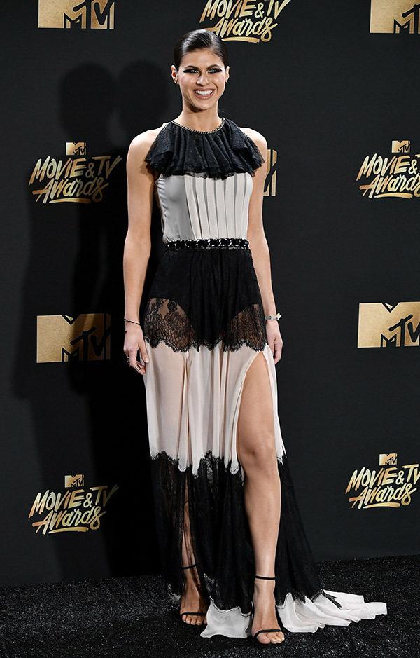 alexandra-daddario-mtv-movie-awards-2017-ftr