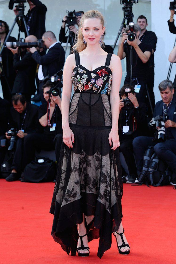 Amanda-Seyfried-Venice-Film-Festival-Red-Carpet-Fashion-Alexander-McQueen-Tom-Lorenzo-Site-1